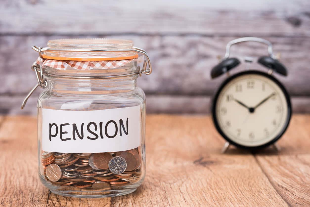 崩壊していく年金は信用できない!老後に向けた貯金の必要性を説明する。